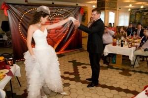 молодые танцуют на свадьбе в стиле Мулен Руж