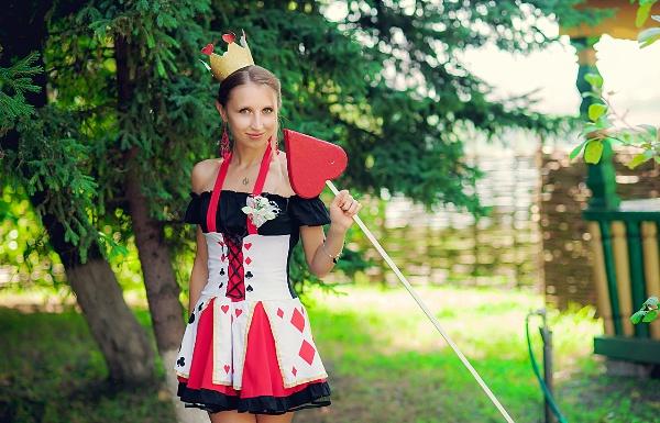 Одежда гостей на тематическую свадьбу в стиле Алисы в стране чудес